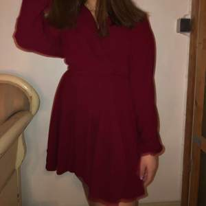Mörk röd kläning från chiquelle med band som man knyter runt midjan, kläningen är i storlek S och har använts 1 gång