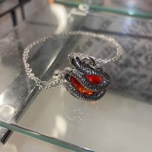 Halsband med ormhängsmycke och röd kula, säljes med silverfärgad kedja eller svarta bandet/kedjan som syns på sista bilden. Frakt tillkommer med 12kr. 💕