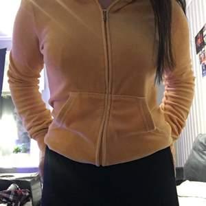 fin juicy couture zip up säljer för jag har för många<3 köparen står för frakten, storleken är s men passar säkert en m, kan gå ner i pris vid snabb affär