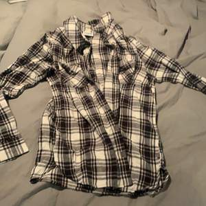 Superskön skjorta, det står att det är storlek M men jag skulle nog påstå att det är S.