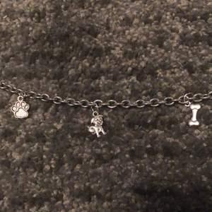 Hund armband med 3 olika hund berlocker. En tass, Ett ben och en hund💖 vid fler bilder eller frågor skriv privat💖