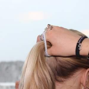 Så fina hårsnoddar i tre färger med tre tryck & berlock. LET'S NOT DIE 🌎, LOVE HAS NO GENDER ❤️ & FIGHT LIKE A GIRL 🥊. Bärs likaväl som en snygg accessoar! 1 för 79kr, 3 för 199! @knowyourtieuf
