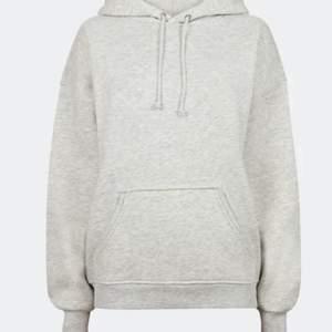 Jätteskön grå hoodie från BikBok, för lite för mig nu. Använd men fortfarande fin. Nypris 300kr , mitt pris 110kr + Frakt 💓 ( skriv för mer bilder)