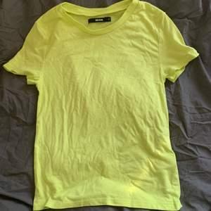En neon gul t- shirt från bikbok storlek xs