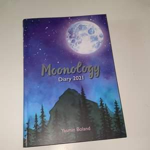 Bok som är en kalender i samband med månen. Visar viktiga dagar osv, helt orörd