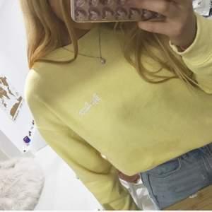 Slutsåld sweatshirt från pull & bear. Mjukt material i bra kvalitet
