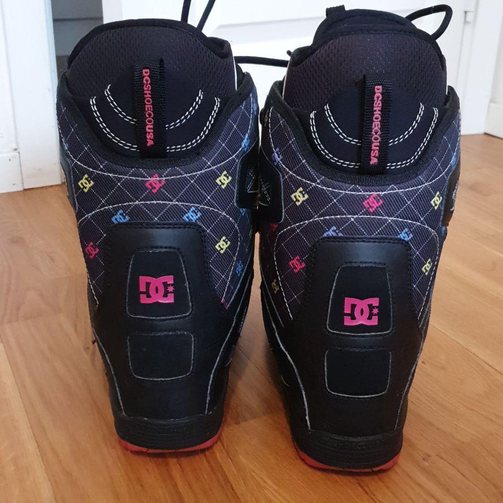 Svart-rosa snowboard boots. Storlek 38. Skorna är fina ,  men för stora för mig. De kommer att vara perfekta för dig!!! Om du är en nybörjare på att åka snowboard!!! Prova!! När du kommer att börja åka snowboard så kommer du aldrig att vilja sluta. Snowboard boots kostar oftast 3 000 kr, men här så betalar du bara 700 kr!!! Det är en great deal!!!. Skor.