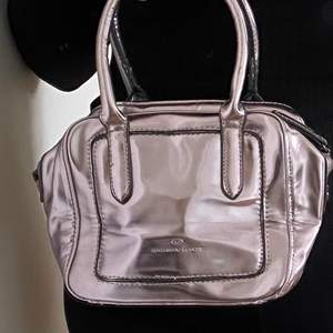 Så fin handväska i lilac. Bag strap medföljer 💜