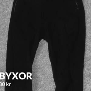 Svarta byxor med dragkedja på sidorna. Sitter tight på kroppen och är jättefint med tex en stickad tröja.😊Från Zara och sälja nog inte mer. Säljer då de ej kommer till användning😔😞Frakt på 66 kr  Hoppas att de får en bättre användning av dig 🥰