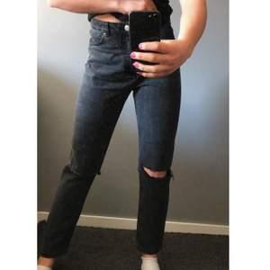Säljer dessa grå jeans med hål på knäna från monki, de är köpta på arkivet och har ej storlekslappen kvar men de sitter bra på mig som har 36. 200kr + frakt. De är i bra skick, inga deffekter. Kan gå ner i pris vid snabb affär.💕