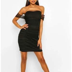 Svart mini dress från Boohoo i strl 34 aldrig använd. 💜💜💜 fin date night dress