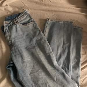 Ett par monki jeans som är slut sålda överallt , som jag aldrig använt  , köparen står för frakten 💖