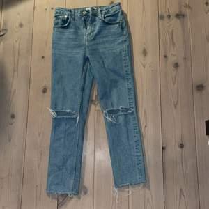 Säljer dessa jätte finna jeans från zara som jag använt några gånger köpte dom för 400kr och säljer för 180 kr men vi kan prata om priset kom privat för mer bilder 💗💗