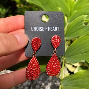 Röda aktiga diamant örhängen aldrig använda🍓❤️köparen står för frakten som är 12kr