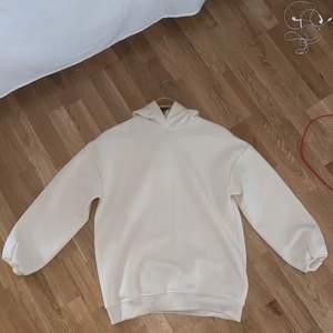 Säljer min Gina tricot hoodie, använd 1 gång och super len och mjuk i materialet, storlek xs men köpte den eftersom den var så pass stor, skulle säga att den passar XS-L bror på hur man vill ha den :)