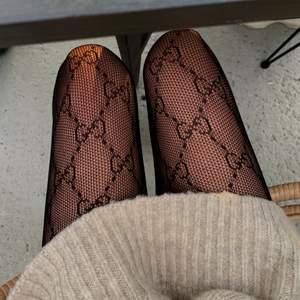 Gucci tights, äkta såklart! Kvitto och tags finns. Finns dessvärre några hål i tightsen men inget som syns när man har kjol eller klänning över. Dessa tights är slutsålda och mitt pris är 1000kr 🤎