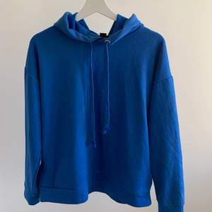 Mörkblå hoodie med fickor på sidorna, vet inte vart den är ifrån eller storleken pga klippte av lappen men passar som en S🤍
