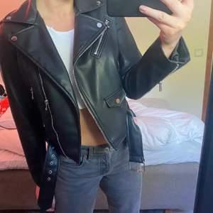 Jag kör en intressekoll på min sjukt snygga skinnjacka från Zara. Den är i storlek M, ganska liten i storleken. Kommer endast sälja vid bra bud 💕💕