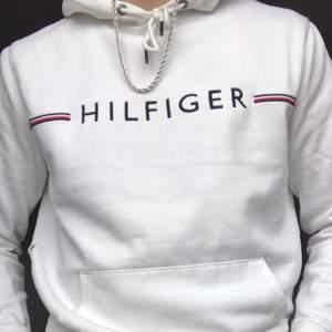 Säljer min knappt använda tommy hilfiger hoodie, strlk M men passar även S. Pris 300 + frakt 79kr
