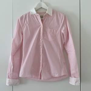 Ljusrosa skjorta från Abercrombie&Fitch. Sparsamt använd och i mycket bra skick, men säljes då den blivit för liten i armarna för mig. Kan skicka fler bilder vid behov!✨