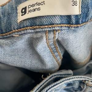 Säljer dessa jeans jag köpte för flera år sen. Dom påminner lite om ginas 90s High waist men tajtare där nere. Säljer dom för dom är för stora.