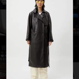 Helt ny trench coat från Weekday, ordinarie pris 1200kr. Har tyvärr missat att lämna tillbaka denna, och säljer den då vidare då den tyvärr inte passar med så mycket i min gaderob. Kan gå ner i pris vid snabb affär !