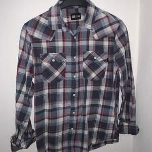 En rutig skjorta från crocker! Går säkert att styla coolt ❤️ Har en liten översize look. Köpare står för frakt🥰