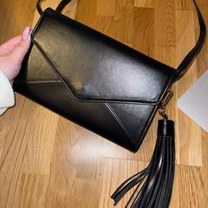 En fin väska helt ny med många fack inuti