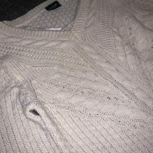 En väldigt fin stickad tröja som har en perfekt passform och passar till allt möjligt.