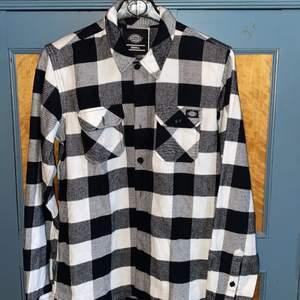 Dickies flanellskjorta i nyskick. Använd någon gång och är sedan tvättad. Köpare betalar frakt
