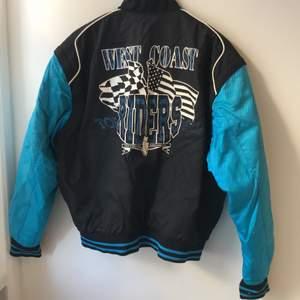 Alltså!! Svårt att få med på bild hur cool och unik den här är! Vintage College varisty racing jacka. Vadderad mer som jacka, perfekt till våren. West coast riders! Så bomb! Snyggt oversize på mig som har S. Frakt 89 kr
