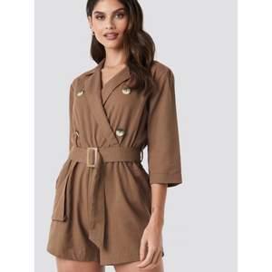 Oanvänd brun playsuit från donna romina x nakd med prislappen kvar. Storlek 38. Nypris 399kr. #jumpsuit #playsuit #brown #brun #donnaromina #nakd #na-kd #summer #onepiece #byxdress