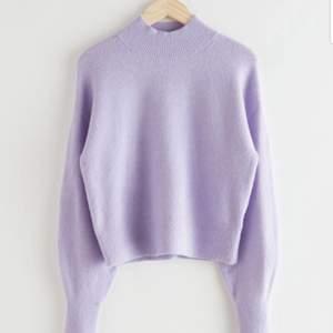 Pastellila stickad tröja från & other stories. Sparsamt använd, mycket fint skick. Köpt för 399 kr.