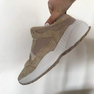 Säljer dessa beiga skor, dom har blivit använda men är fortfarande i bra skick
