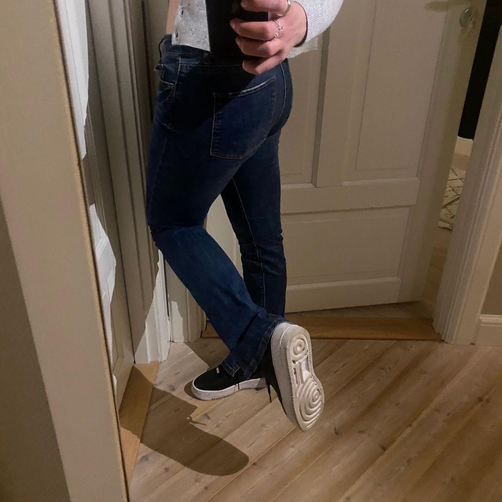 Skit trendiga Lågmidjade jeans säljes för 169kr inklusive frakt som ligger på 79kr eller mötas upp=90kr 🙌🏼😃från Lindex som innan var bootcut men som jag sytt till en snygg slits på insidan😃. Jeans & Byxor.