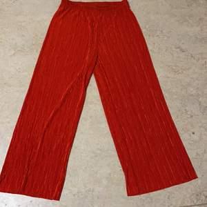 Röd byxa aldrig använd, perfekt till sommaren när de är varmt ❣️