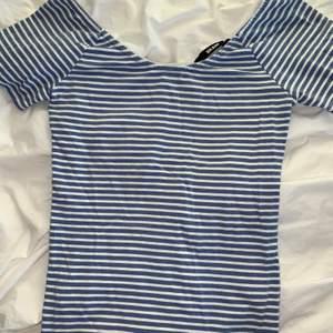 Blå vit randig tröja från Gina Tricot storlek S men passar även XS. Aldrig använd därmed inga defekter.