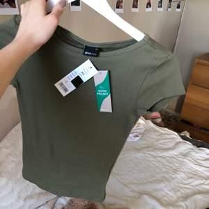 Helt ny t- shirt från Gina. Tajt modell, skulle säga att den sitter som en lite längre babytee. Storlek xs☺️