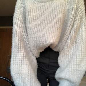 Jättefin grå stickad tröja som jag köpt på hm. Den kommer inte till användning så därför vill jag sälja den💕köpare står för frakt