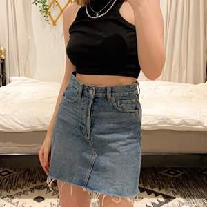 SUPERfin kjol som tyvärr inte passar i midjan längre! Den är använd 3ggr och kjolen har ca. 72cm i midjemått! 🥰 Skriv till mig om du undrar något!
