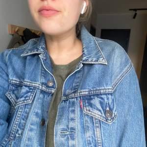 Vintage Jeansjacka från Levis storlek M! Som ny!!!! Köpare står för frakt🦋