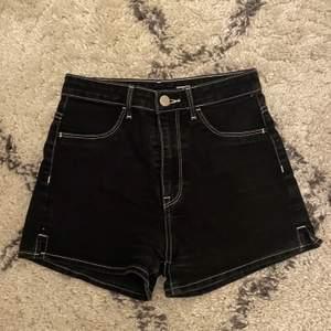 Svarta shorts från hm med vita sömmar, Kommentera för frågor och skriv för fler bilder💕 Pris går alltid att diskutera men frakten ingår ej!🦋
