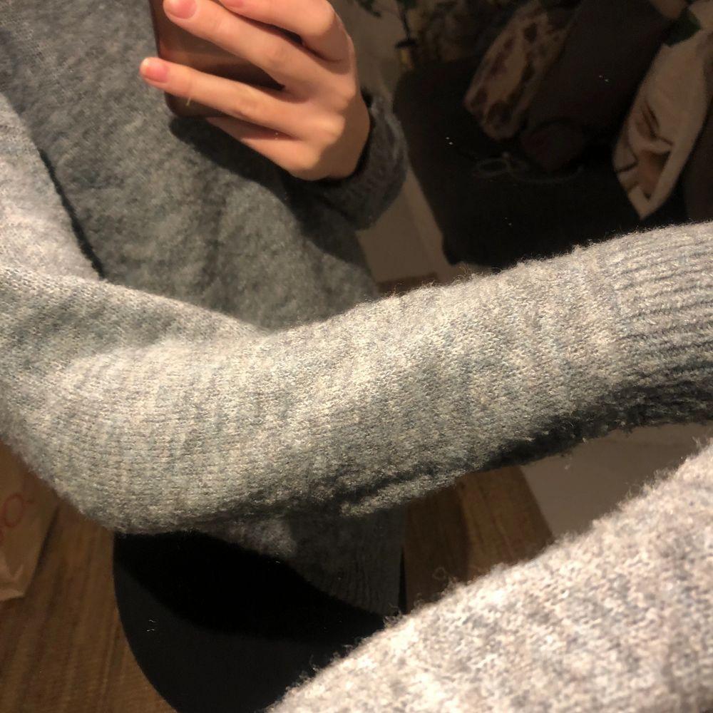 En grå stickad tröja med blå nyanser i. Köpt på Carlings. Den sticks inte och har en väldigt bekväm crewneck! Perfekt längd på ärmarna!. Tröjor & Koftor.