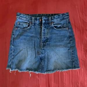 Tjock och ordentlig denim kjol ifrån H&M. Har ett hål i fickan men det kan sys ihop 💙 storlek 34 men passar 36 och nästan 38 också eftersom att de är storlekarna jag annars använder