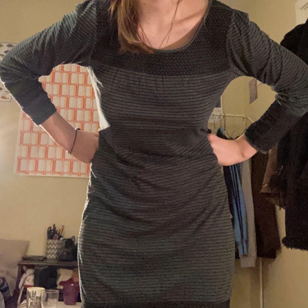 Mörkgrön randig klänning med fina detaljer vid urringning, slut och ärmar☕️. Klänningar.