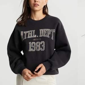 Jag säljer min fina svarta collage tröja som är slutsåld i alla storlekar förutom XL. Jag säljer den för att jag inte får användning för den. Den är i storlek XS men den är oversized så den är storlek S-M. Säljer den för 160kr. Frakten är 60kr.