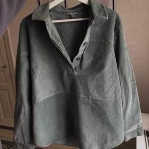 Jättesnygg vintage skjorta🤎 Skjortan är köpt second hand och säljs pga garderobsrensning, inget fel på den🤎 Tröjan är i manchestertyg och är i storlek 42 men kan användas av flera storlekar beroende på hur man vill att den ska sitta🤎 Frakt tillkommer på 49kr🤎 Budet är uppe i 360kr plus frakt