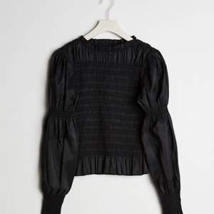 """Helt ny blus från Gina Tricot i storlek XS, den är dock ganska """"töjbar"""" så skulle säga att den även passar en S/liten M. Endast provad, ordinarie pris 399, säljer för 150 kr. Köparen står för frakten."""