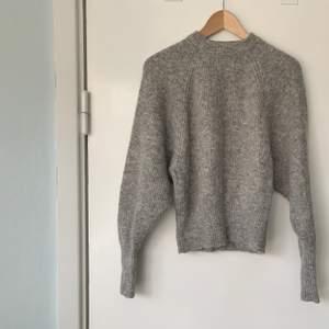 Stickad grå mohair tröja från H&M trend, fint skick, super varm och mysig. Perfekt kort långd med smala muddar!