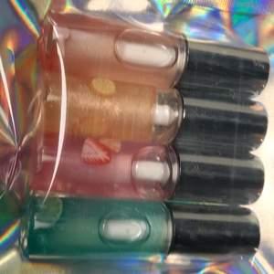 Mini lipgloss bundle🦋 doft: lime,äpple,jordgubb,apelsin.            4 st mini läppglans i ett, för endast 55kr. Glänser på läpparna men färgar ej🦋🦋
